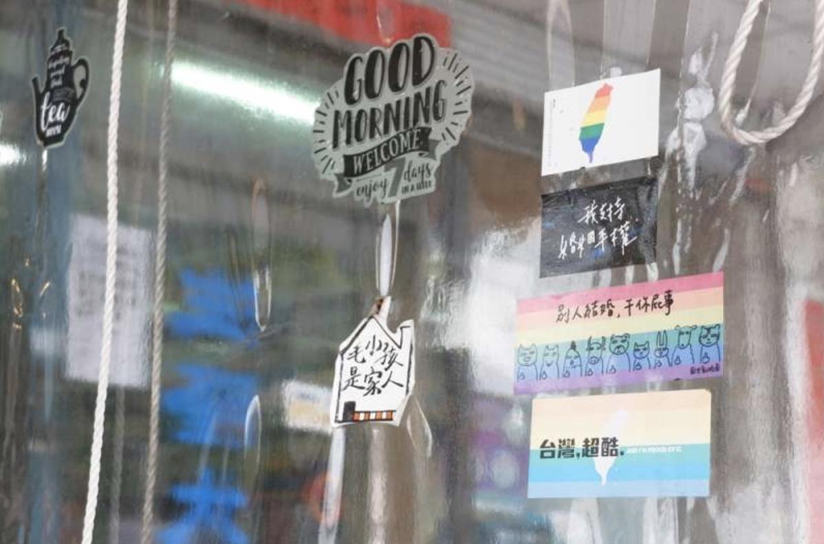 20170902-台中真心豬排炒麵,店內貼滿婚姻平權貼紙,店長表示有店員亦是同志,所以相當支持此議題(謝孟穎攝)