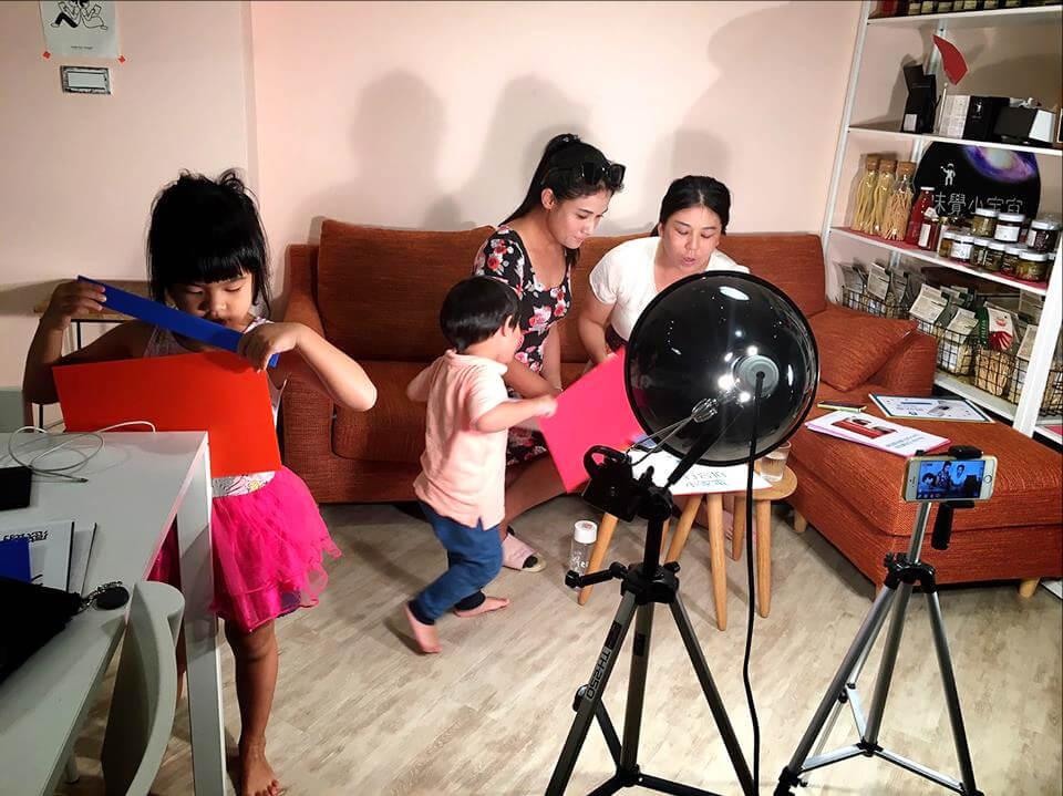 在工作室直播時的側拍花絮,孩子們常意外「客串」演出