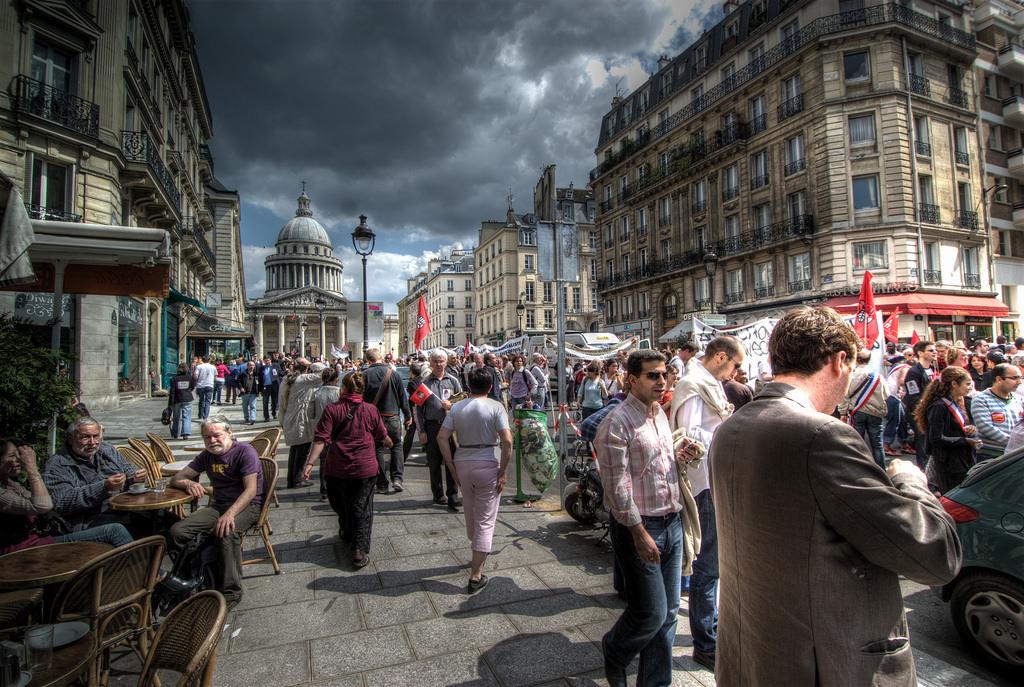 法國這樣一個浪漫的國度,卻也是高自殺率的陰鬱之都(圖片來源:Flickr@Ville Miettinen)