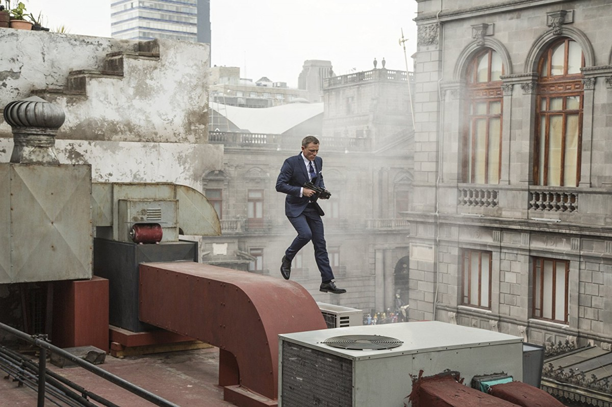 帥氣的龐德在一開場就在墨西哥市的大樓間展開槍擊追逐戰(圖片來源:IMDB)