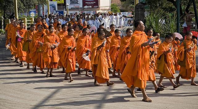 柬埔寨是宗教氛圍濃厚的國家,街頭上常常會友各式各樣的儀式或活動。(圖片來源:flicker)