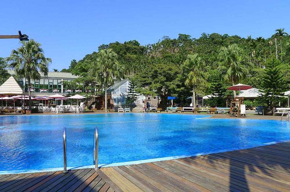 被森林圍繞的歐式游泳池,最適合在夏天裡清涼一下!