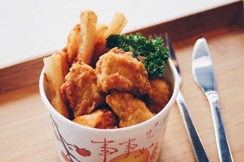 浪人食堂的炸雞選用新鮮雞胸肉,搭上10數種香料調製成的咖哩醬汁,拒絕現成品、親自手作(慕哲人社提供)