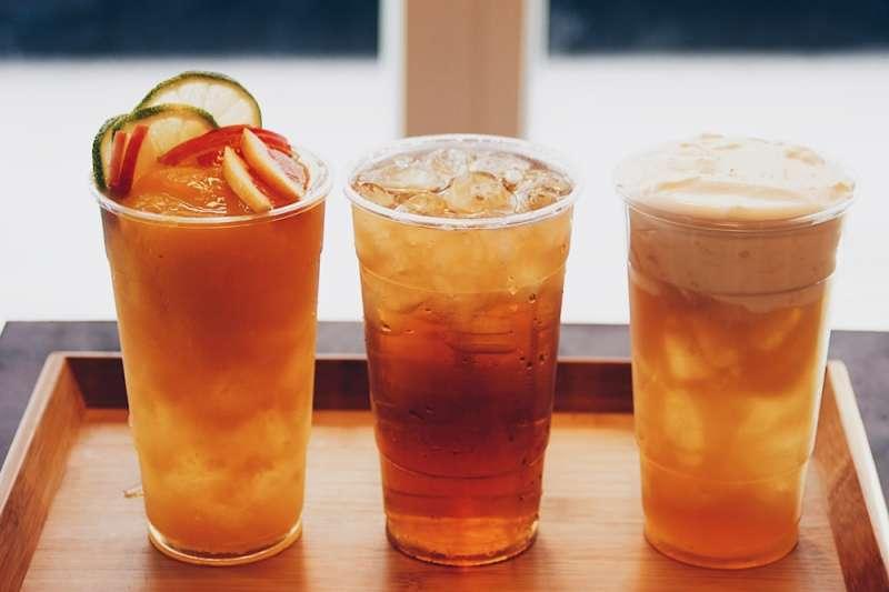 浪人食堂蜜香紅茶、楓糖奶蓋紅茶與水果茶等飲品,皆使用有機無農藥台灣茶(慕哲人社提供)