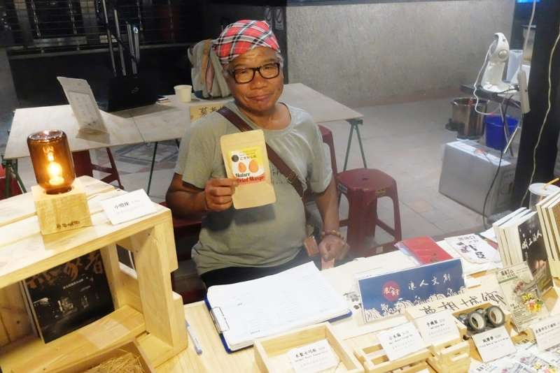 王牌銷售員徐大以前在街頭賣過人生百味出品的有機水果乾,(謝孟穎攝)