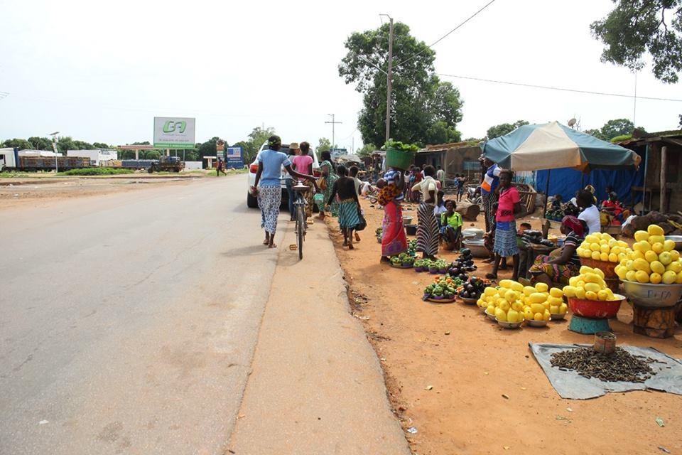 Amy在路上看到許多非洲婦女一邊背著孩子一邊工作(圖片來源:美之源臉書粉絲團)