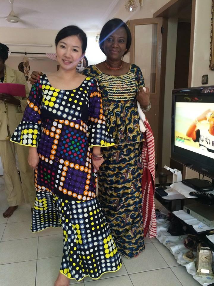 Amy親自飛到非洲,並穿上當地訂做的傳統服飾(圖片來源:美之源臉書粉絲團)