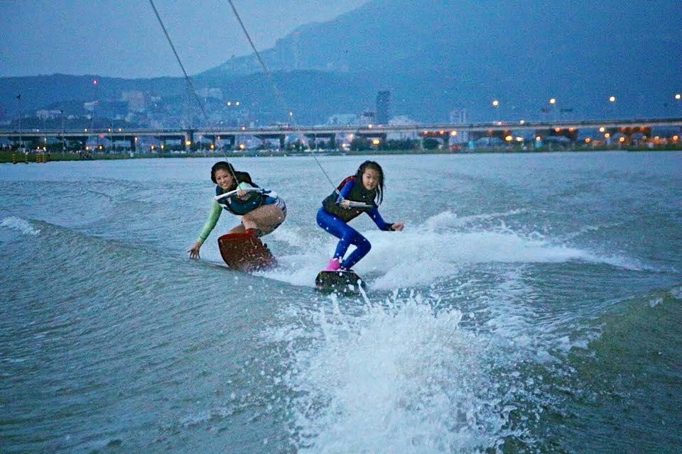 女兒小小年紀便是滑水高手,母女倆一同比賽滑水的畫面十分可貴。