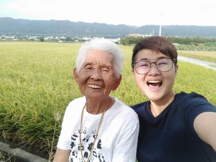 那是快樂姐 66,她牽著阿嬤一雙辛勞、黝黑的手,請阿嬤做出一道道古早味料理,當中的滋味是真情流露的感動!