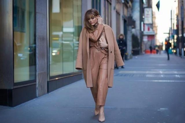 H 型大衣是最常在街上看到的款式,大多數人都會選擇這款不挑人的大衣!乾淨俐落的服裝線條,適合所有身材的女孩,既能夠遮肉,還能夠顯瘦啊!
