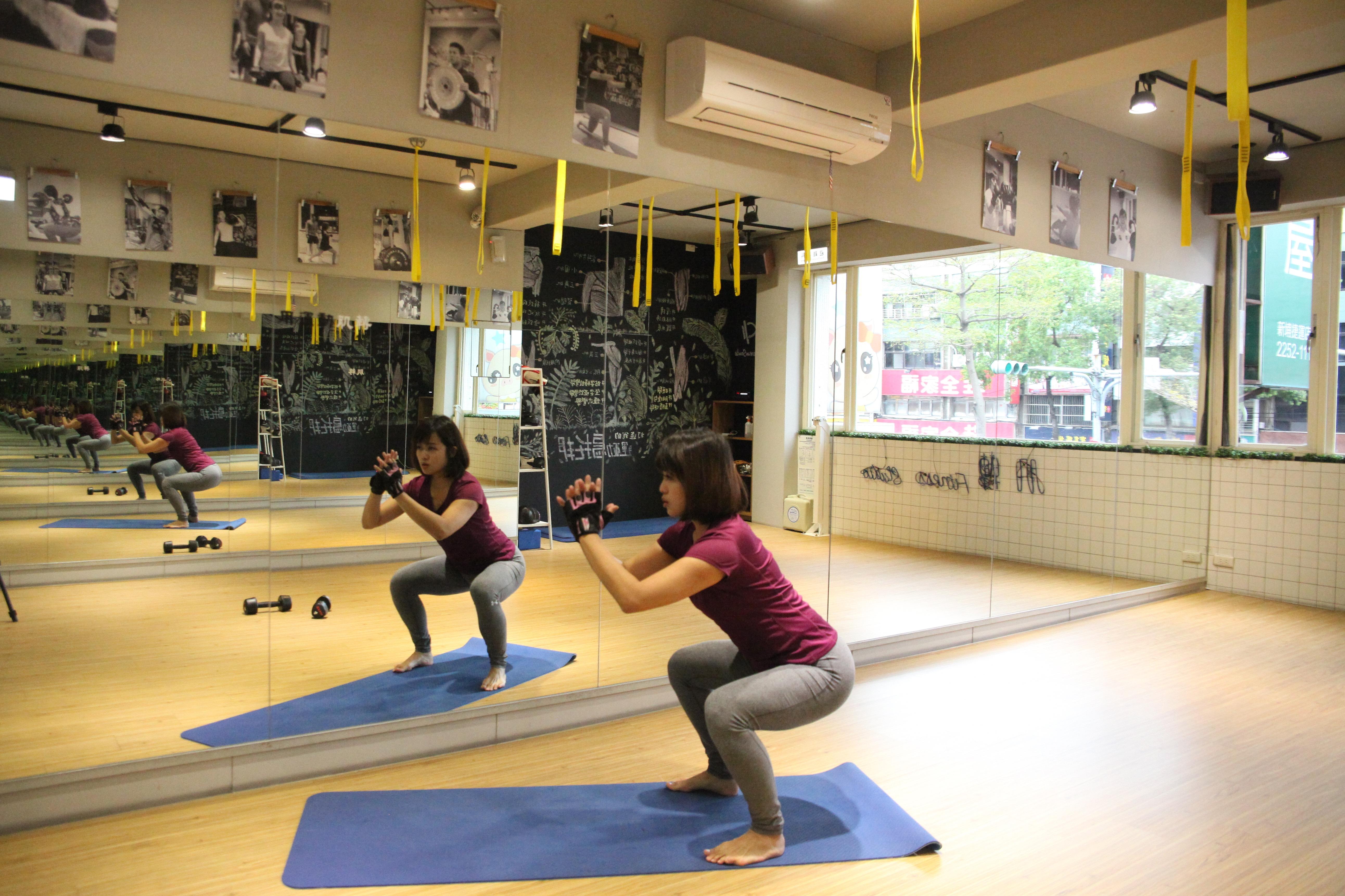 深蹲過程中,記得後腦杓、上背以及臀部要持續保持一直線。