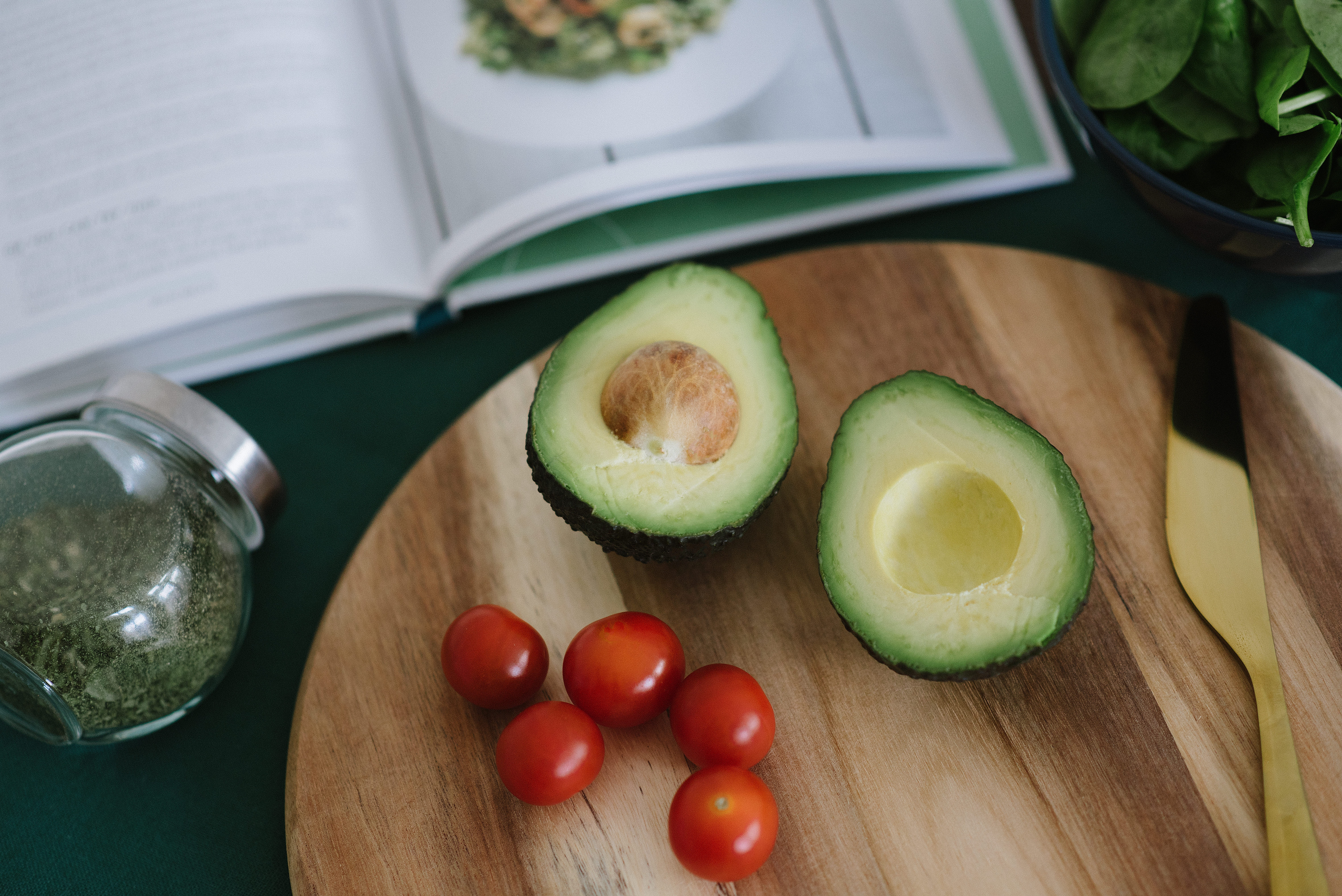 avocado-cherry-tomatoes-chopping-board-1166419