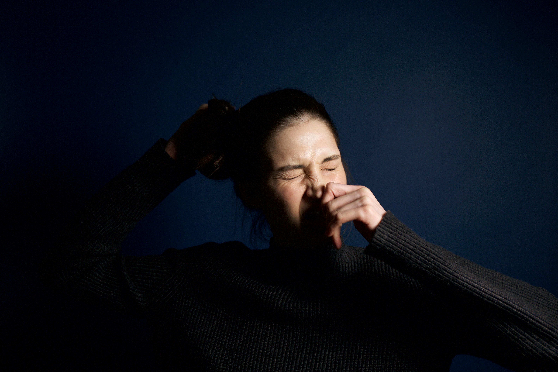 鼻竇炎正是鼻竇內有發炎的現象,當刺激到神經末梢便有可能引起頭痛,而疼痛的位置多於額頭、眶部和上頜部