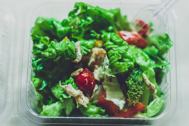 生菜沙拉、水果拼盤,都是補充纖維質和維生素的優良食材。
