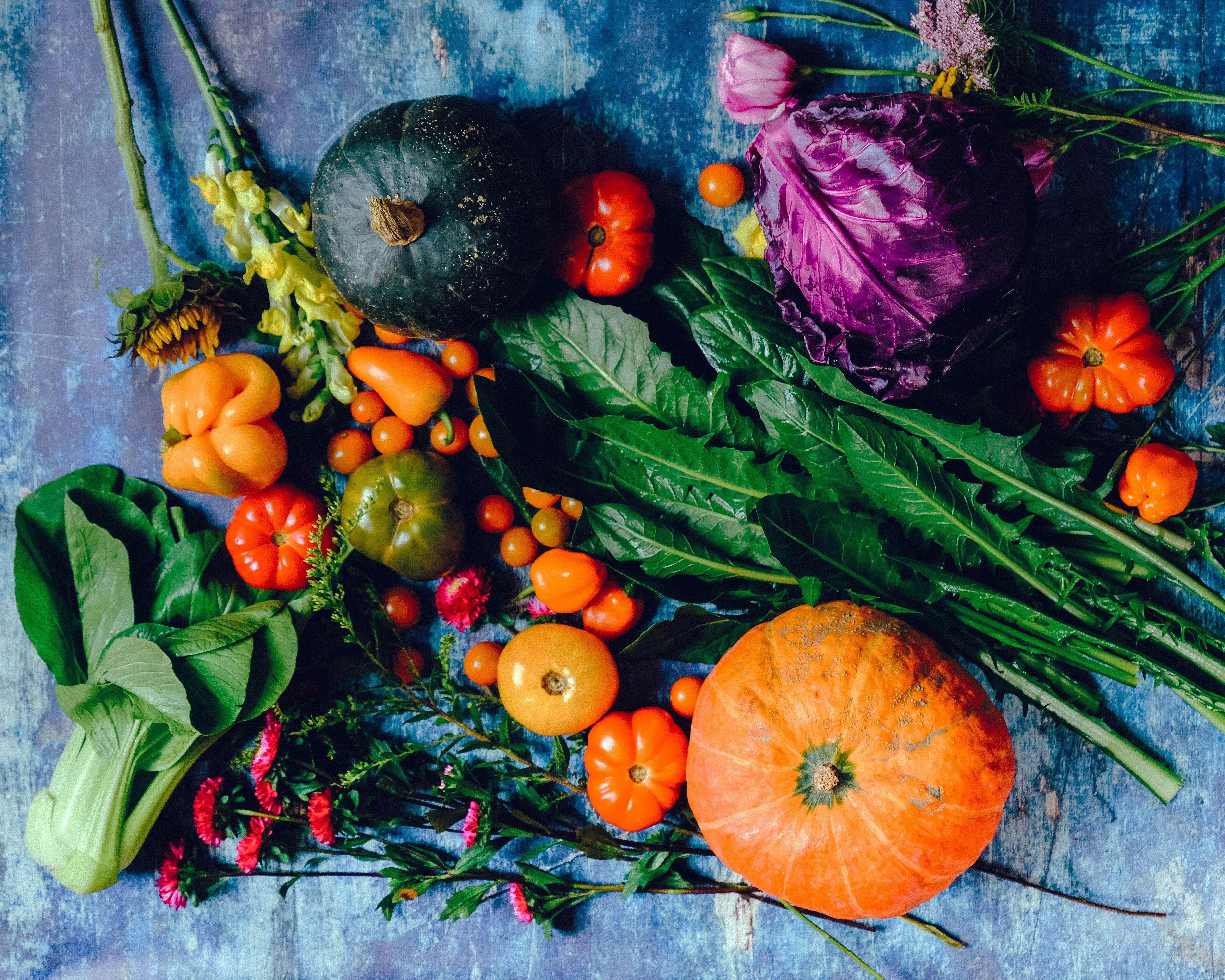 首先,在選購食材時要懂得觀察顏色、外觀、味道,挑選信譽良好商家;若為包裝食品,則要注意包裝是否完好,並有清楚標示保存期限和優良章標。