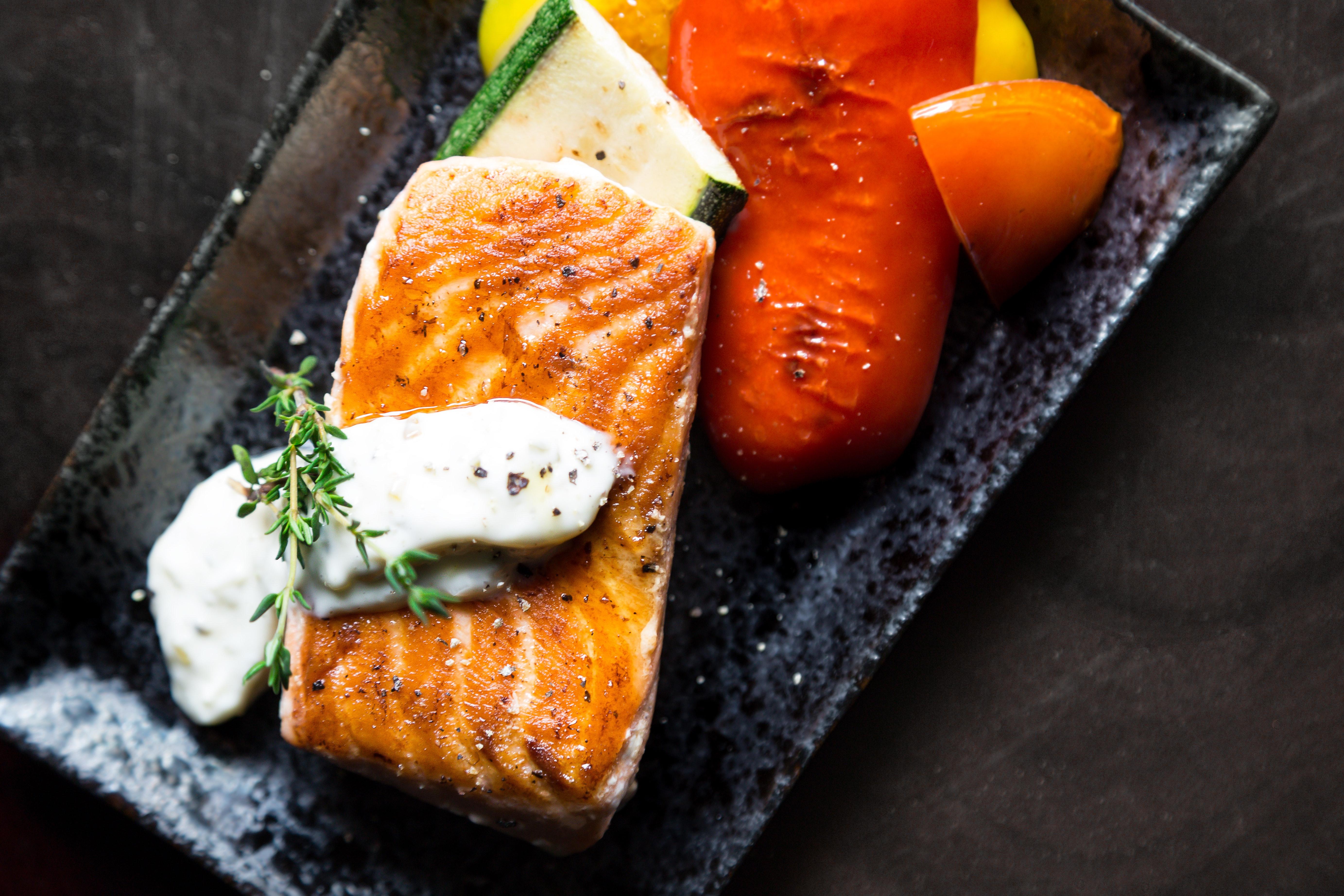 grilled-salmon-fish-on-rectangular-black-ceramic-plate-842142