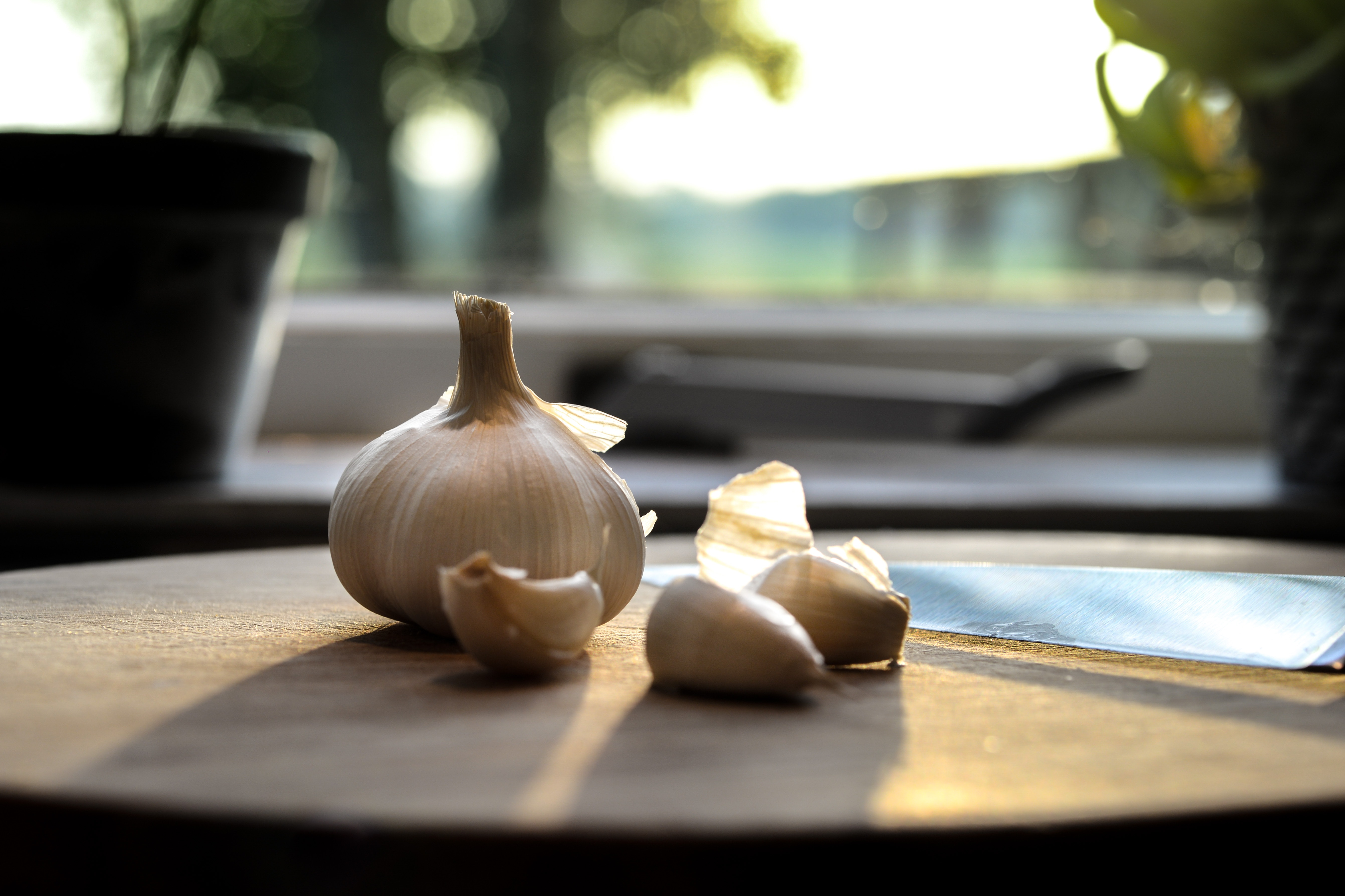 photography-of-garlic-on-wooden-table-630766
