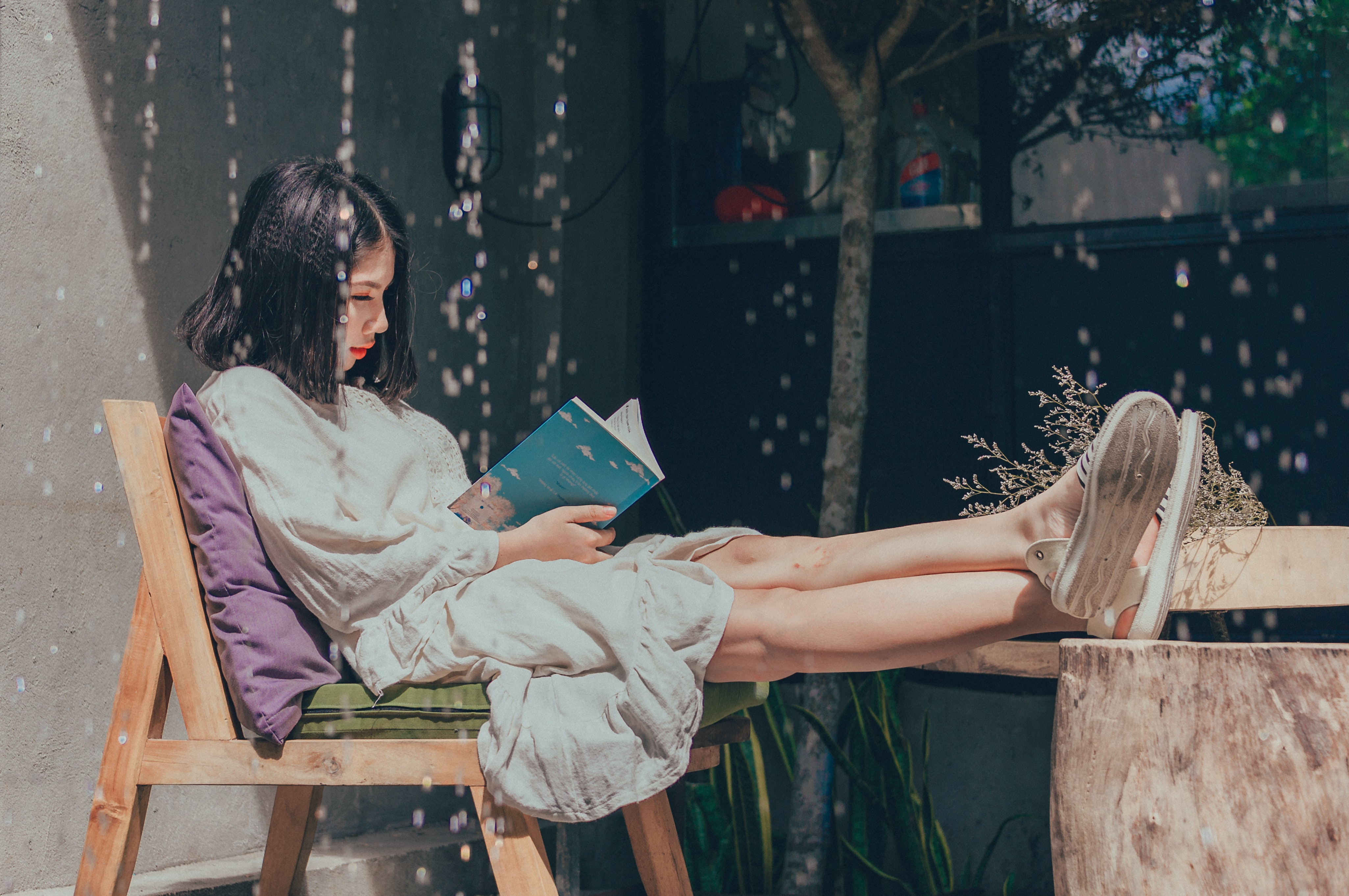 woman-sitting-on-chair-while-reading-book-1115692