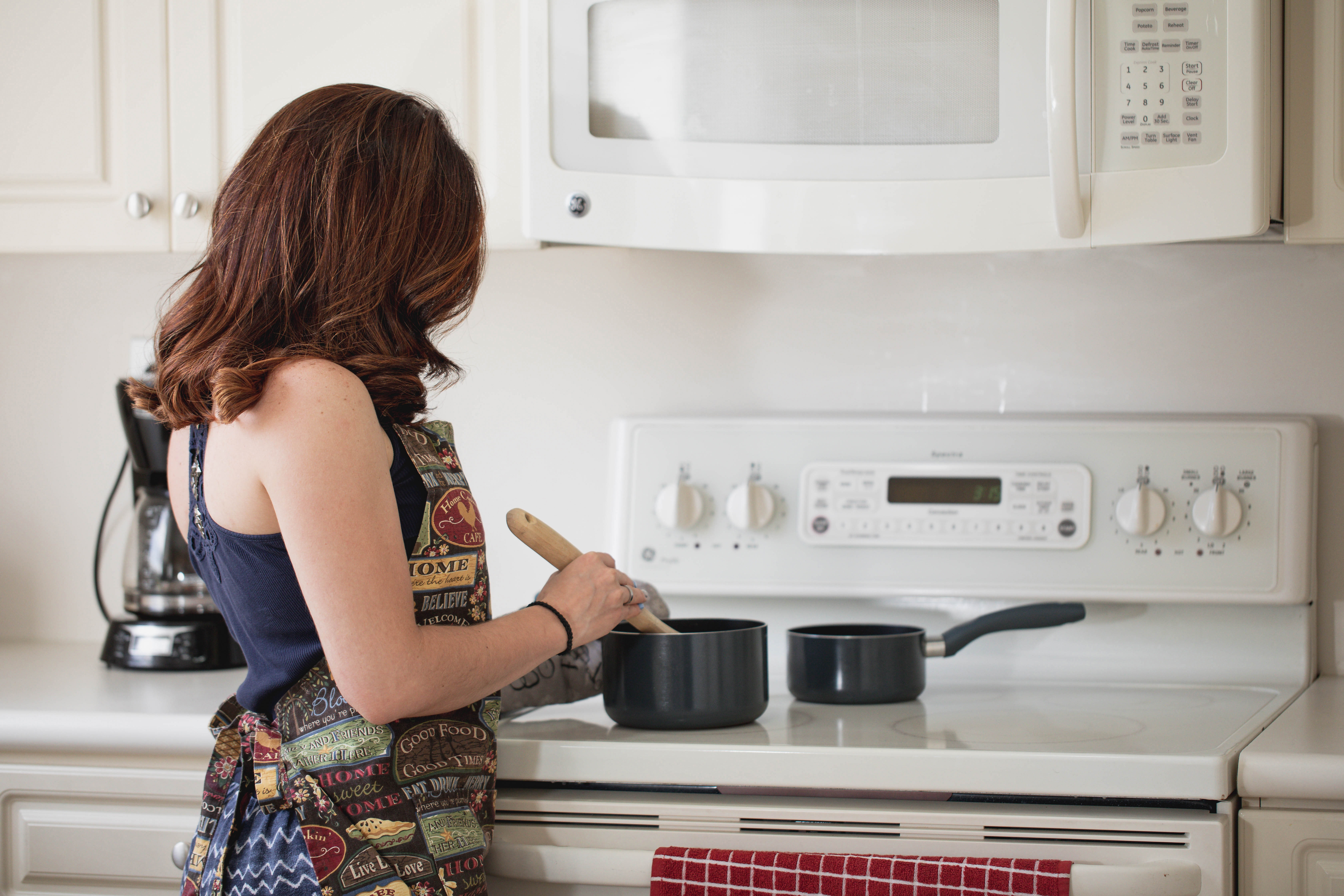 woman-in-the-kitchen-preparing-to-cook-2890387