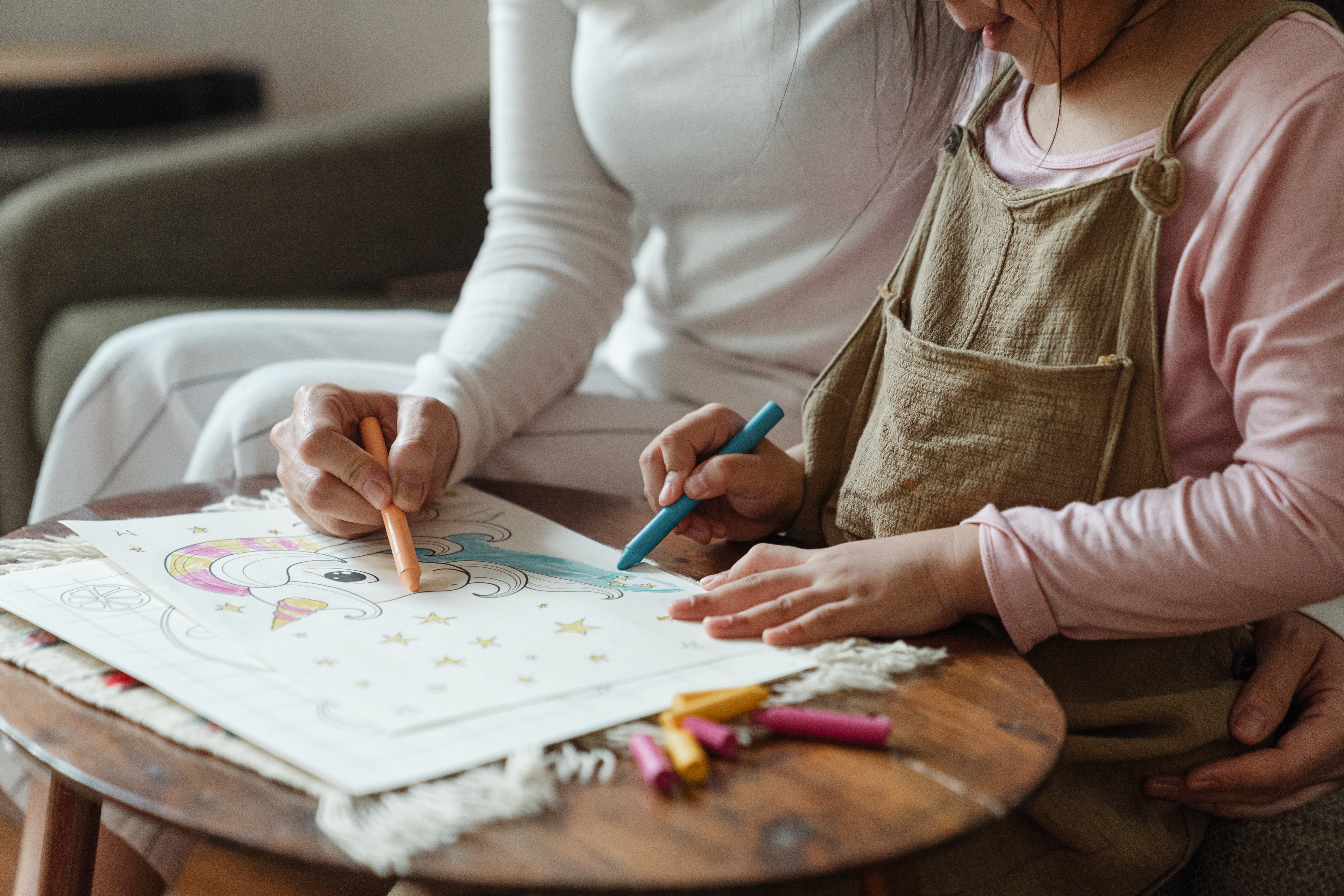 crop-mother-and-daughter-coloring-drawing-together-on-coffee-4473993
